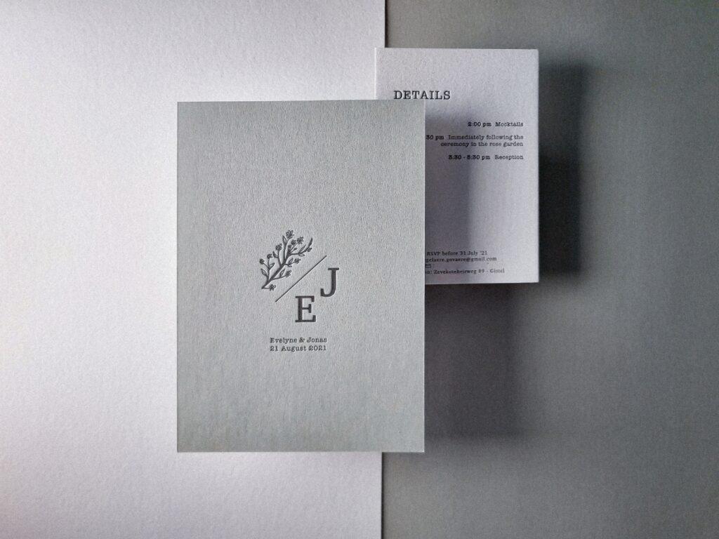 minimalistische letterpress trouwkaart op stevig verlijmd grijsgroen papier